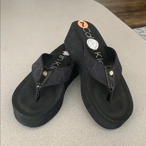 CALVIN KLEIN• mulan flip flop black platforms
